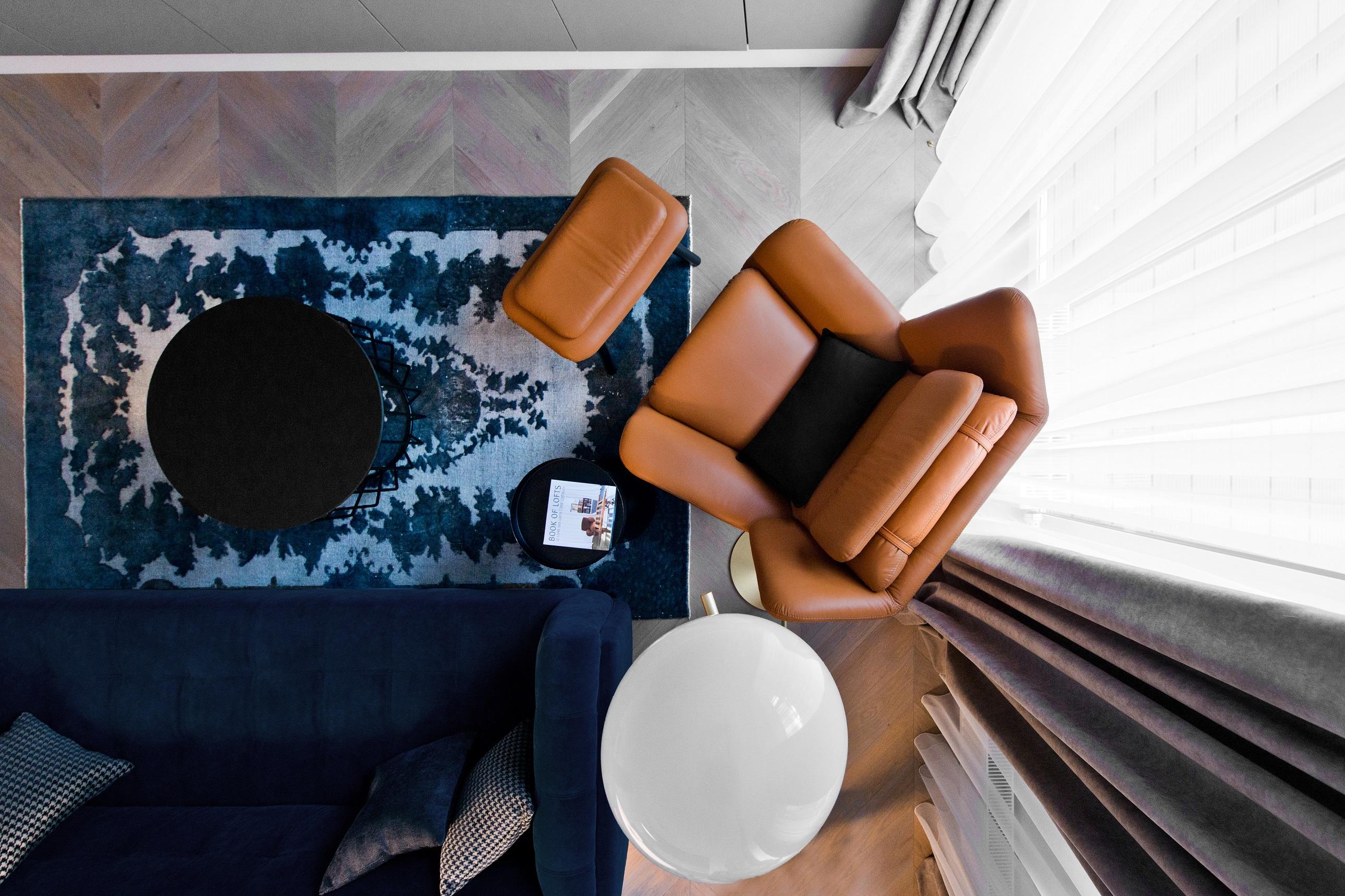 modry-koberec-v-modernom-interiery