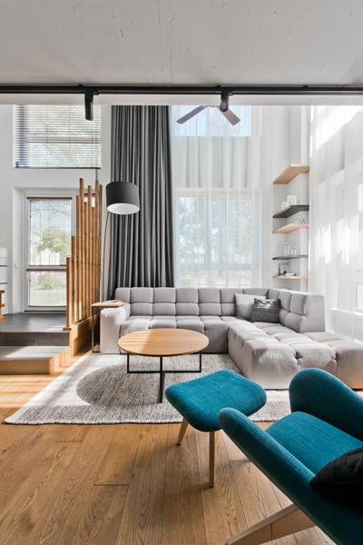 obyvacia-izba-modre-kreslo-velke-okna-v-modernom-byte